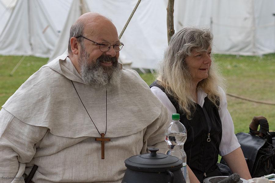 Günter von Meldorf, der heilige Mann und Freund der Bienen, und seine Holde Petra